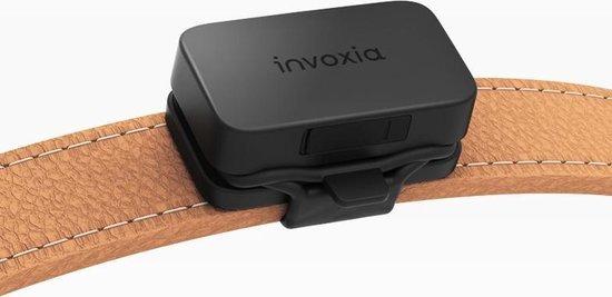 invoxia gps tracker zwart aan halsband dier vast
